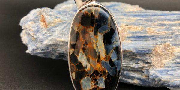Камень петерсит: магические и лечебные свойства украшений, кому подходит